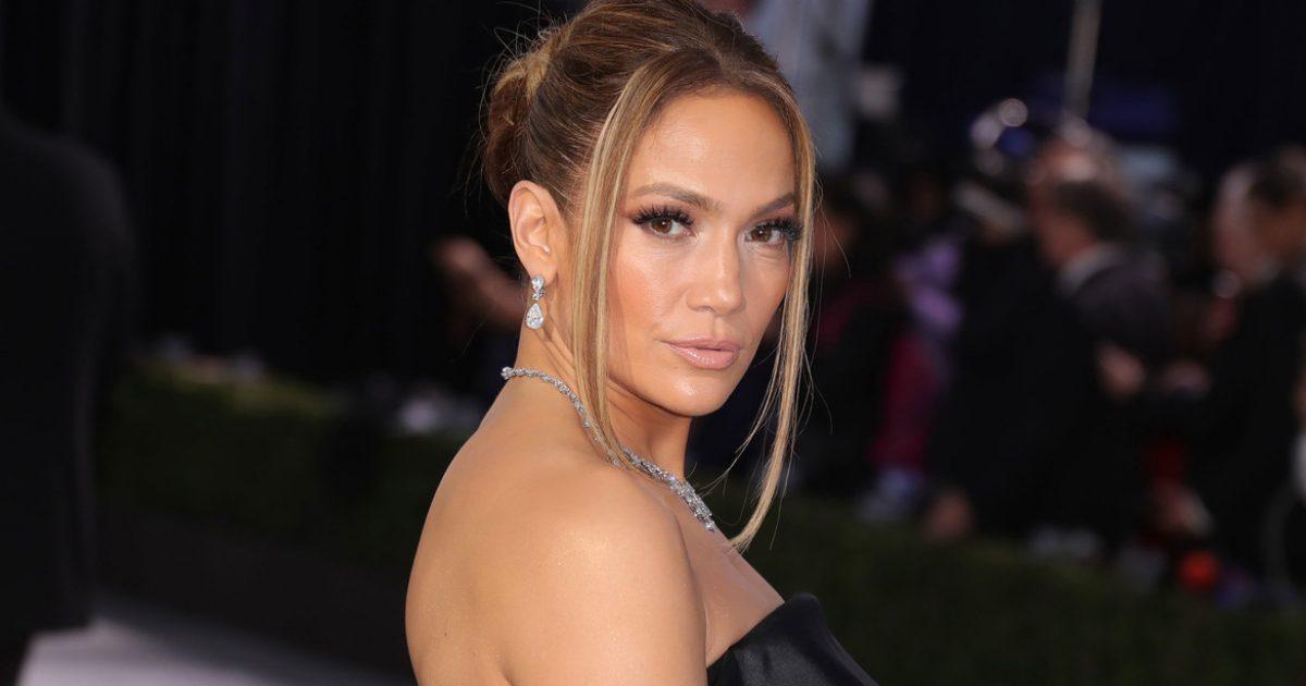 Jennifer Lopez muestra su escultural figura a los 50 años de edad y las redes enloquecen