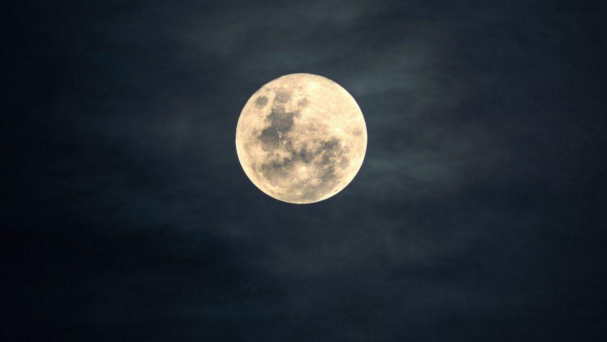 """La NASA anunciará hoy un """"nuevo descubrimiento emocionante"""" sobre la Luna: aquí lo puedes ver"""
