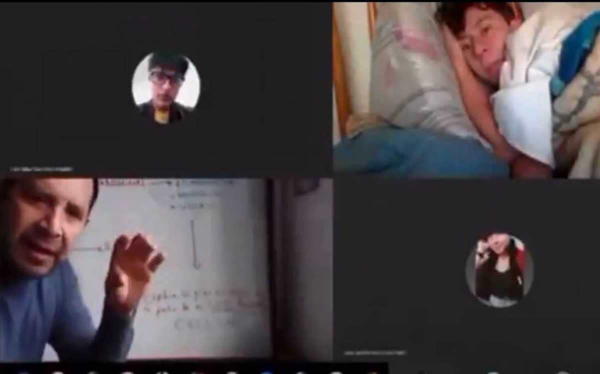Maestro descubre a un alumno tomar clase virtual acostado en su cama; su reacción se hace viral