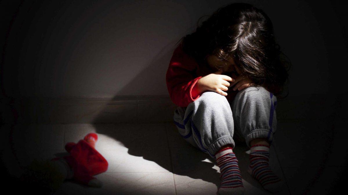 Mesera salvó a un niño que era golpeado y amarrado de los tobillos por su padrastro