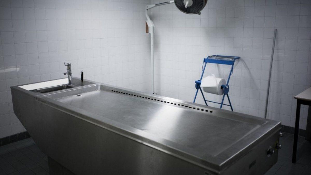 """Un """"muerto"""" vuelve a la vida en la mesa de autopsias en India"""