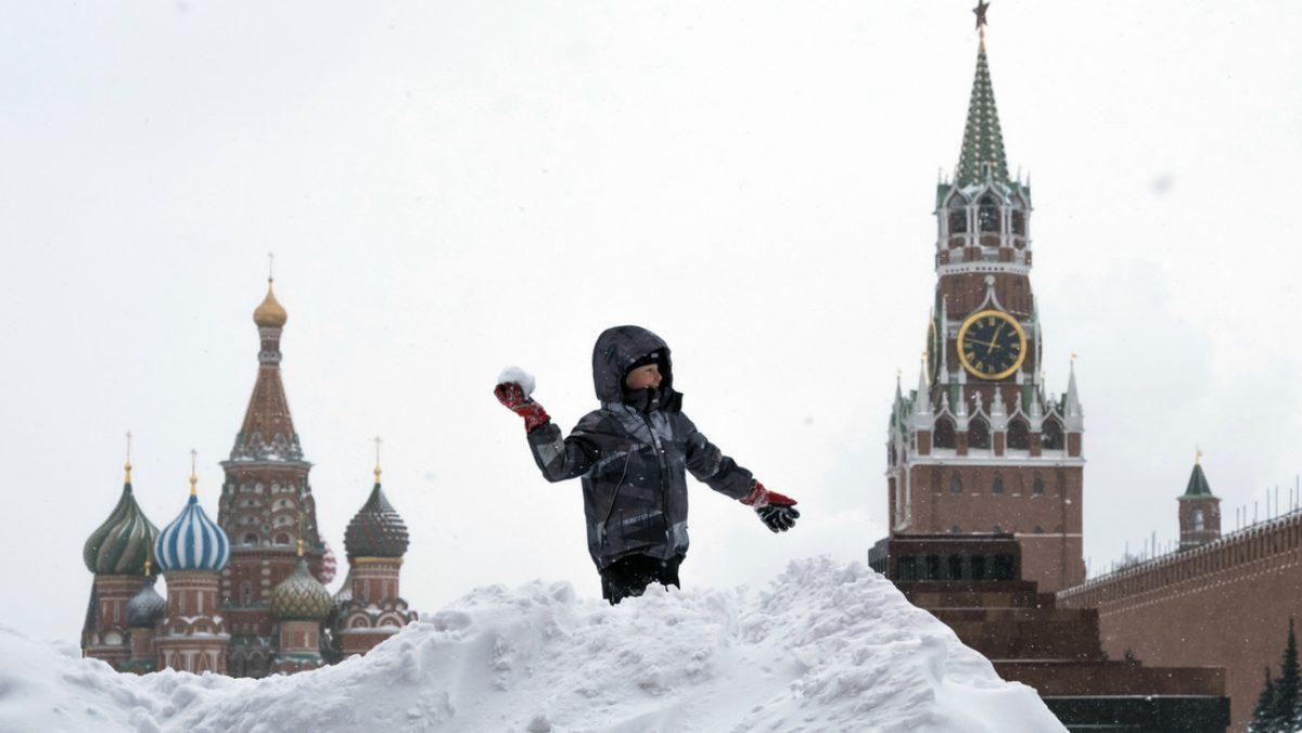 Moscú sepultada bajo la nieve: persiste la tormenta invernal récord (FOTOS)