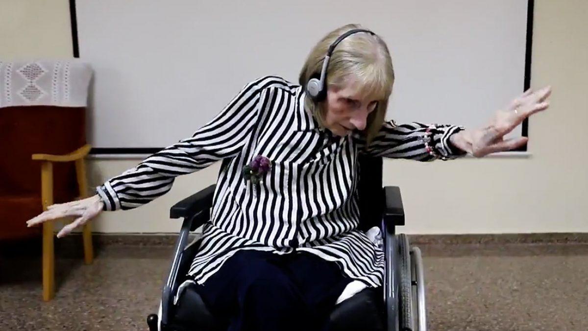 Mira la emotiva reacción de una exbailarina con alzhéimer al escuchar 'El lago de los cisnes' (VIDEO)