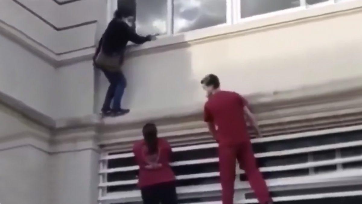VIDEO: Una mujer escala por las paredes de un hospital para ver a un familiar