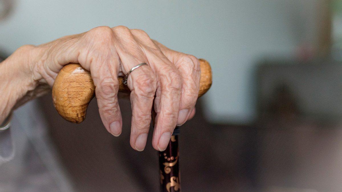 ¡SORPRENDENTE! Mujer de 67 años detiene a un intruso con técnicas de artes marciales