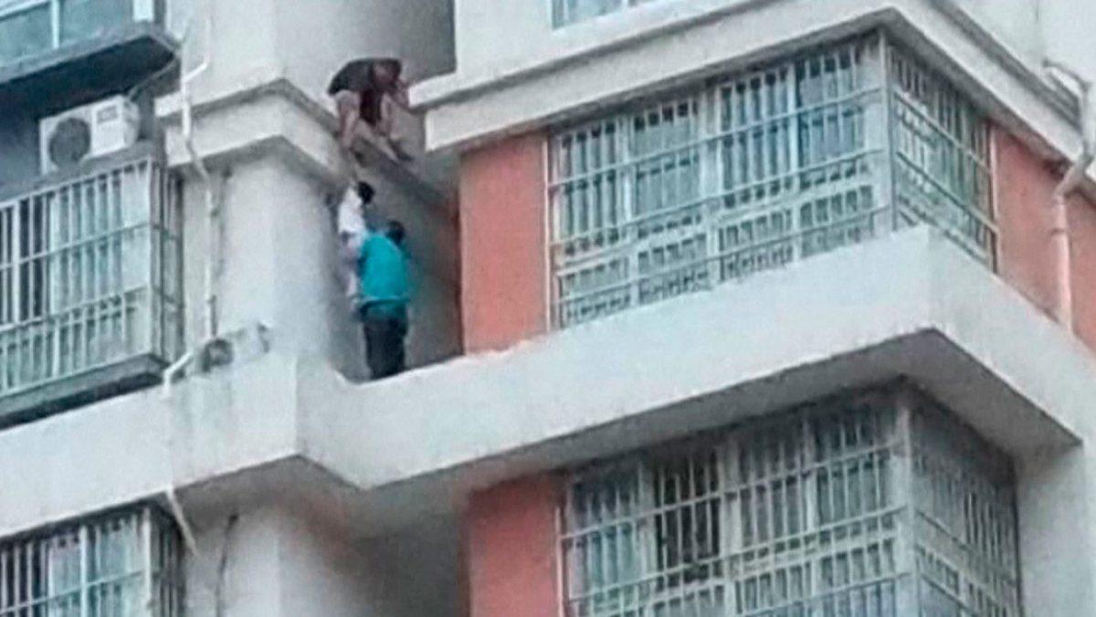 VIDEO: Rescatan a una niña de los exteriores del piso 15 de un edificio en China