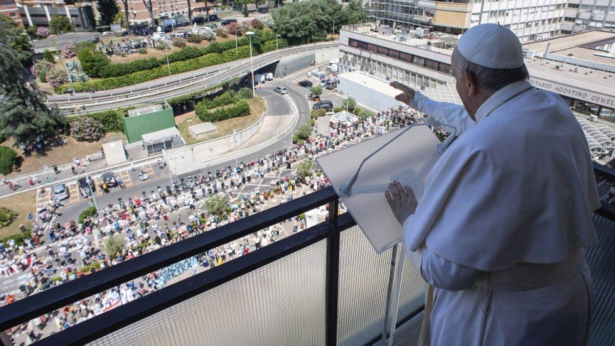 El papa Francisco saluda a los fieles desde el balcón del hospital de Roma donde está internado