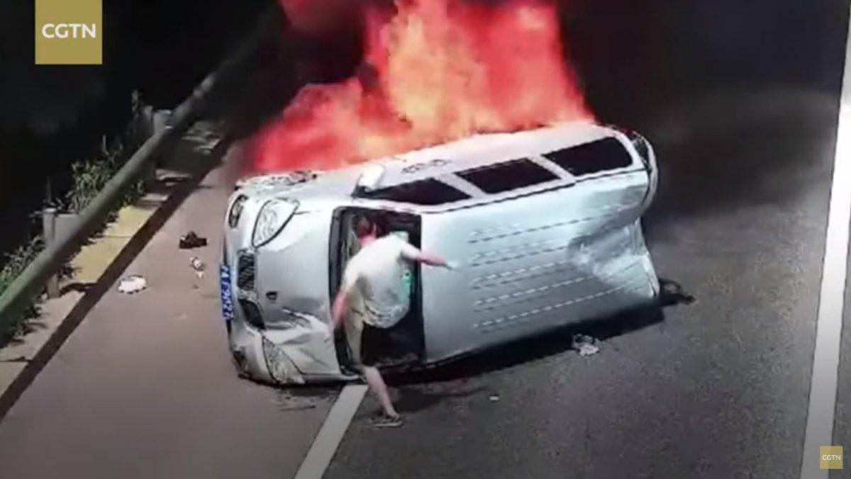 VIDEO   Hombre salva con patadas a tres personas que sufren un accidente