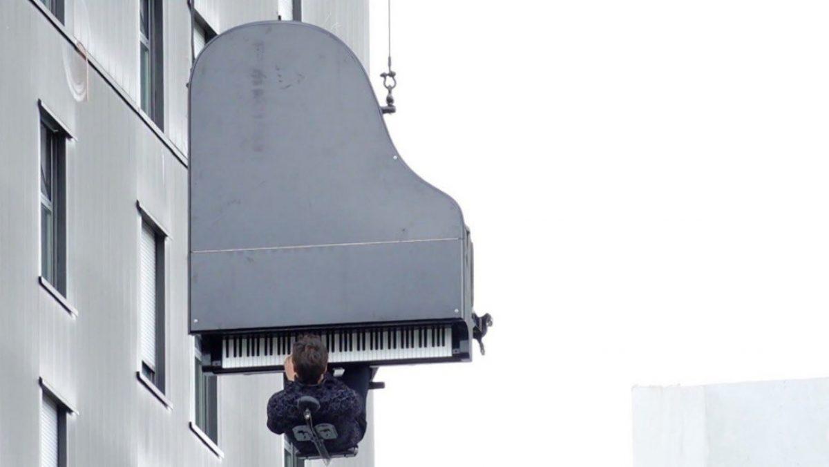 VIDEO    Un músico toca el piano colgado de una grúa a 40 metros de altura Publicado: