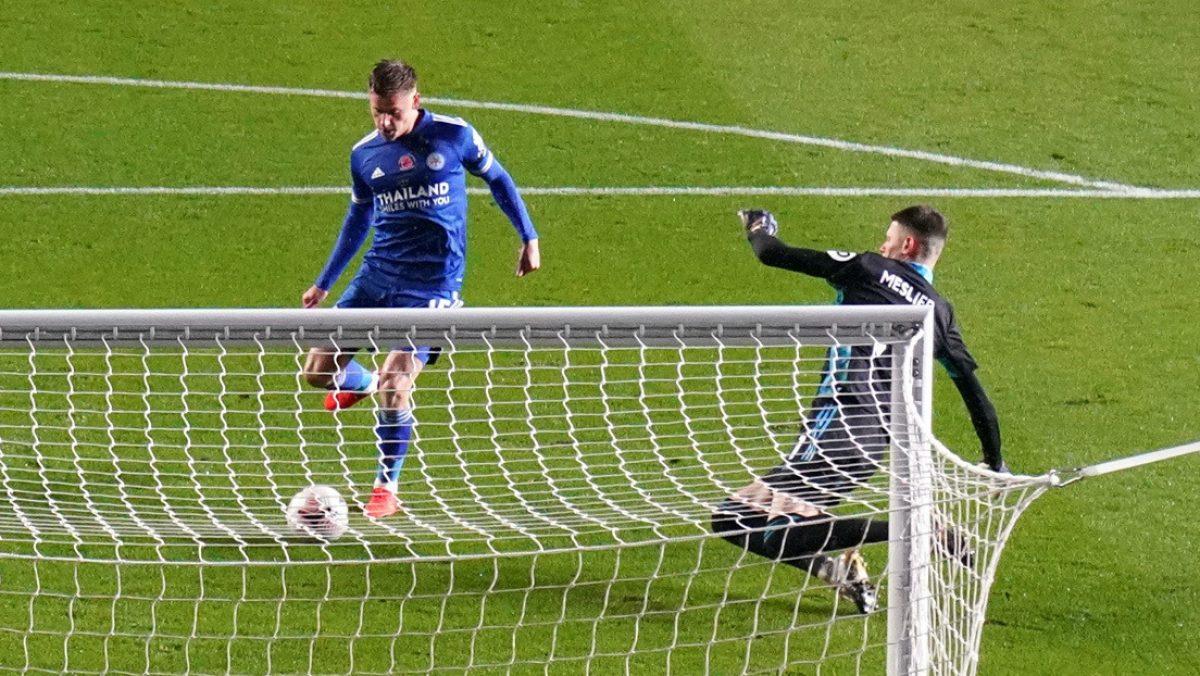 VIDEO: Un defensa 'ayuda' al rival a marcar uno de los goles más absurdos de la fecha en la Premier League