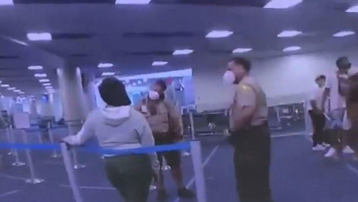 VIDEO: Policía golpea a una mujer de color en el aeropuerto de Miami después de que esta le dijera que era negro