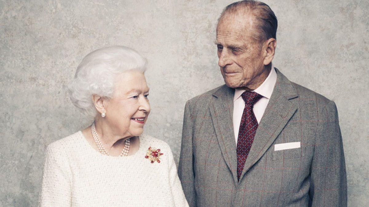 Reina Isabel II y su esposo vacunados contra el covid-19