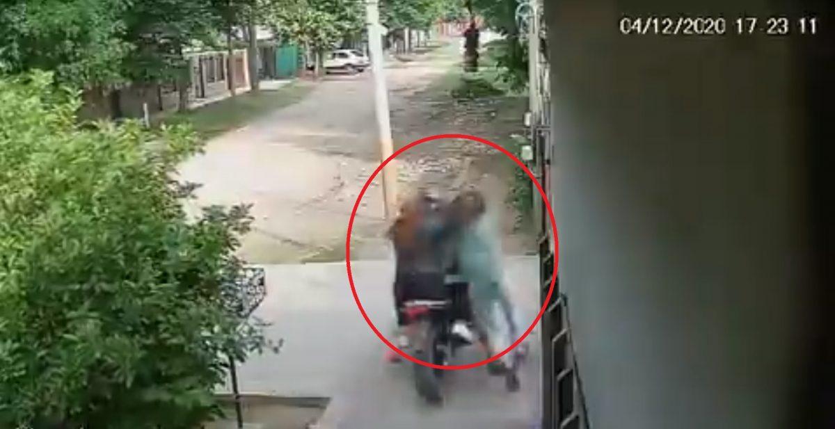 VIDEO | Asaltantes en moto arrastraron a una mujer para robarle su celular