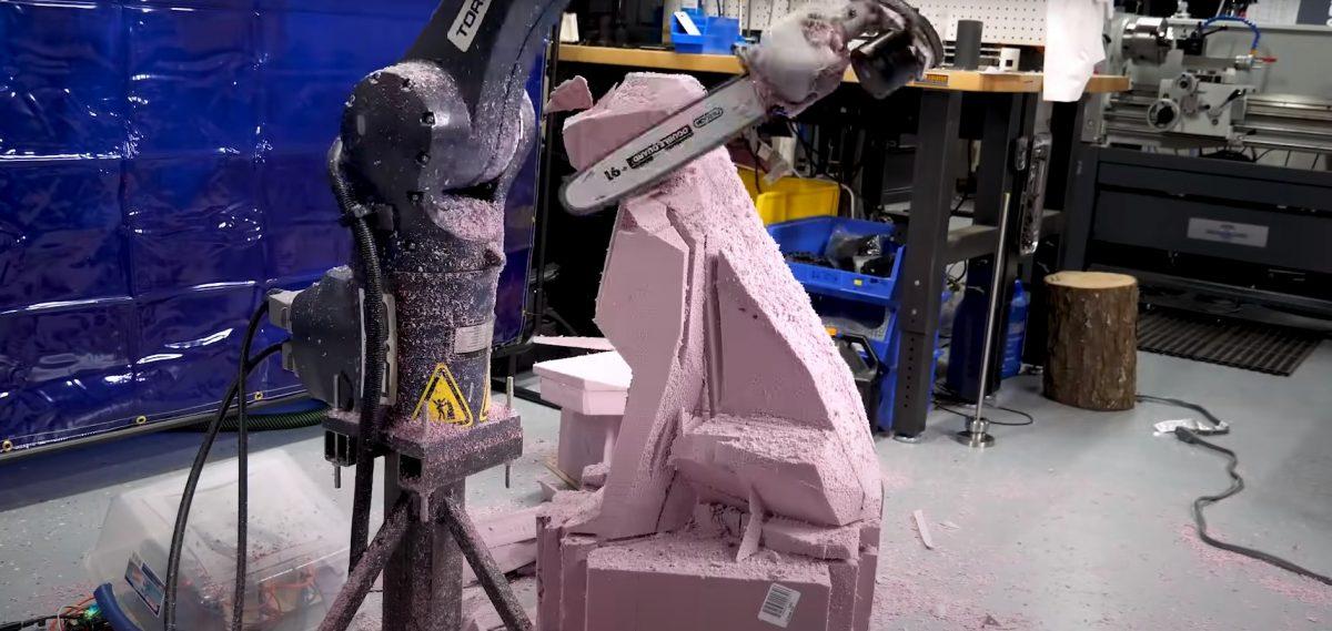 Así funciona el 'robot escultor' que talla figuras de animales con una motosierra