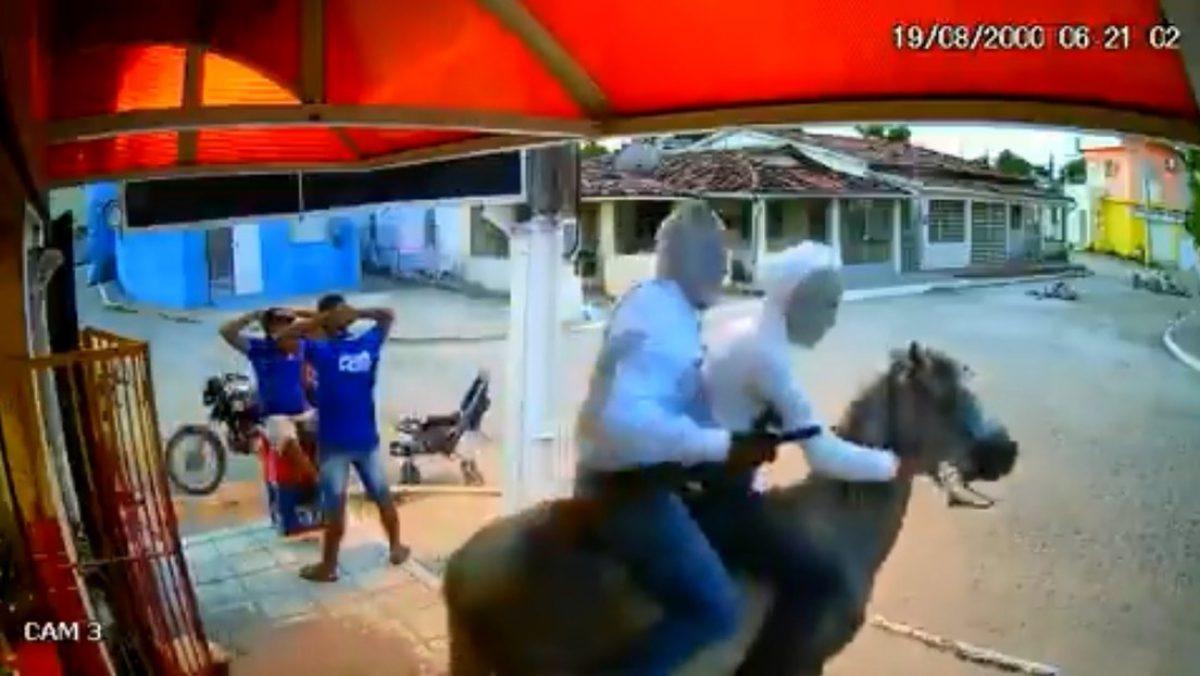 Nueva manera de robar: Encapuchados, vestidos de blanco y en caballo