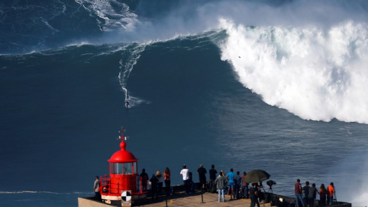 Dos surfistas protagonizan un aparatoso accidente al chocar mientras montan una gigantesca ola
