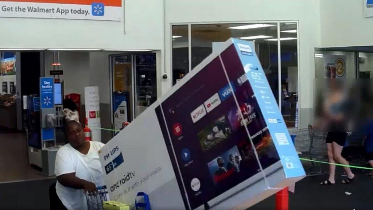 VIDEO: Dos mujeres intentan robar un enorme televisor de una tienda en Florida