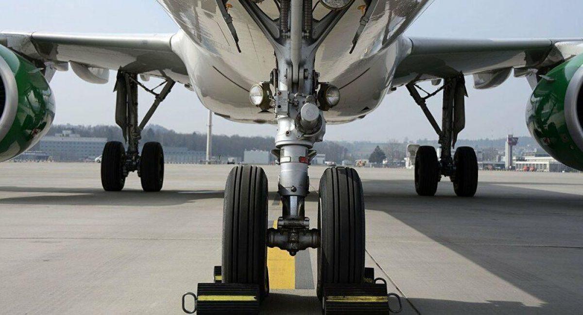 Joven sobrevivió a un vuelo escondido en el compartimento del tren de aterrizaje de un avión