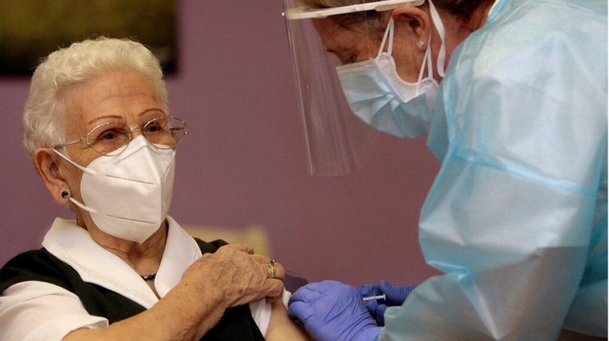 Los contagios en geriátricos españoles disminuyen tras la vacunación