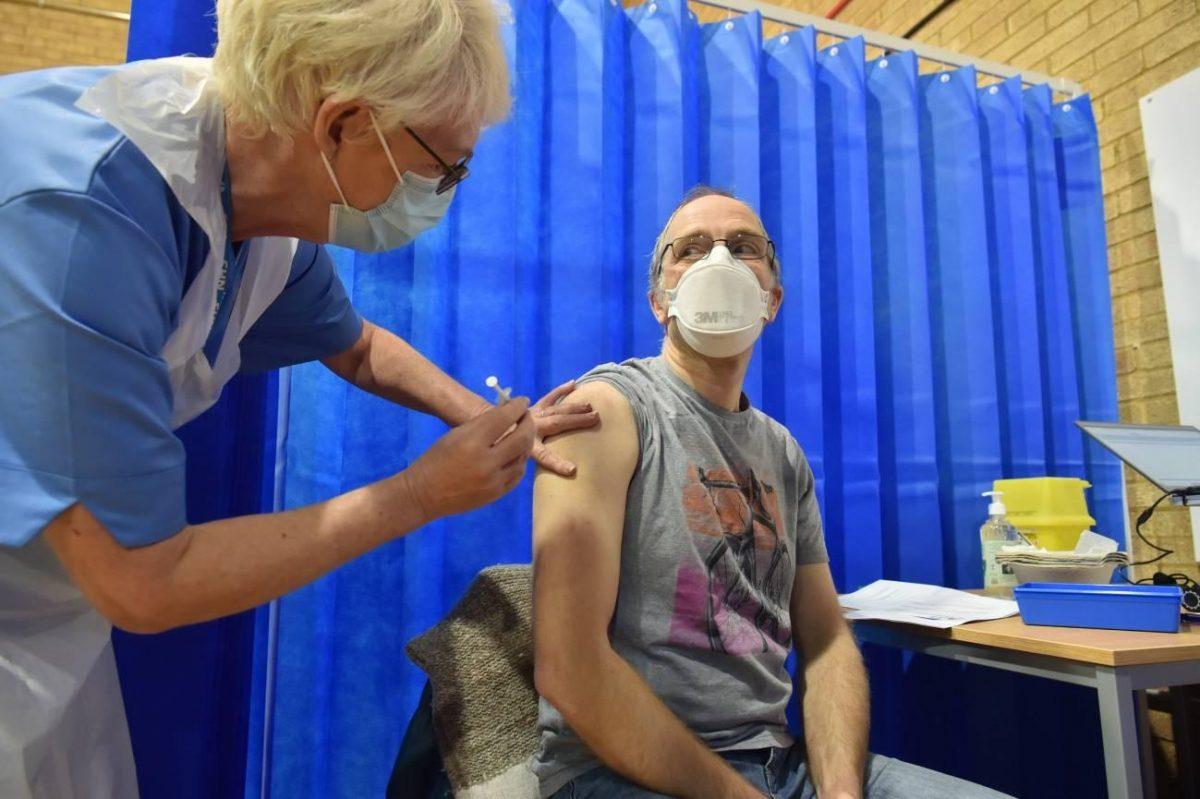 Nuevos centros de vacunación masiva abren en Inglaterra