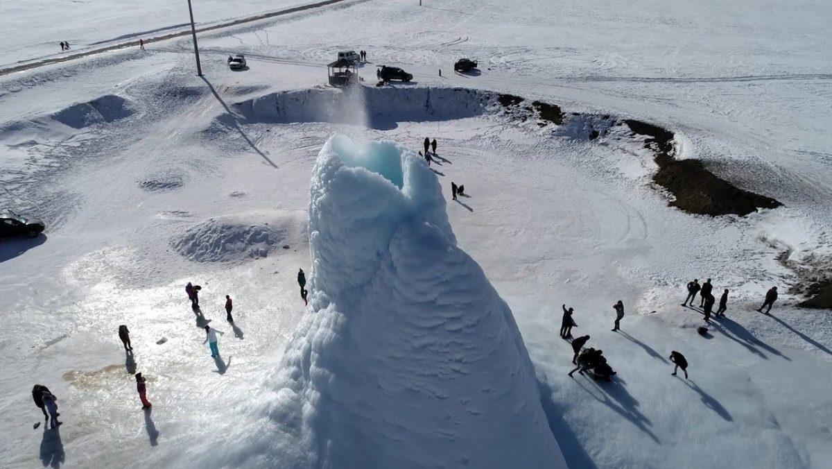 VIDEO | Un impresionante 'volcán de hielo' de 14 metros