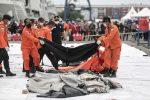 Recuperan restos humanos y partes del avión que cayó en Indonesia