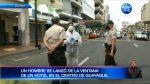 Un hombre cae del tercer piso de un hotel
