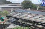 VIDEO | Un camión se volcó en el cantón Quevedo y se reportan daños materiales tras caer frente a una casa