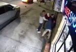 VIDEO | Tres sujetos asaltaron a una persona afuera de una barbería en el norte de Guayaquil