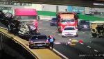 Grave accidente: Un carro da vueltas de campana y cae de un puente