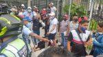 Fuerte impacto de un taxi contra la puerta de la Caja del IESS en Guayaquil