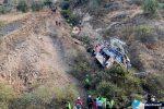 Al menos 29 muertos al caer autobús al abismo en ruta de Perú