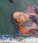 VIDEO | Mujer se lanzó al mar por temor a los maltratos de su expareja