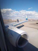 Un hombre se sube al ala de un avión comercial y cae a la pista (VIDEO, FOTO)