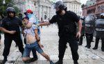 VIDEO | Llanto, peleas y desconsolación: así se vive el velatorio de Maradona