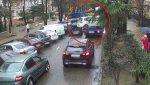 VIDEO | Un hombre estuvo a segundos de ser golpeado por un carro que iba en una grúa