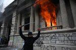 Protestas en Guatemala: Manifestantes provocaron incendio en sede del Congreso