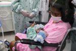 Mujer contagiada con Covid-19 da a luz a bebé prematuro en medio de un coma inducido