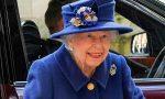 La reina Isabel II usa bastón en un acto público por primera vez