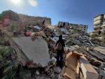 VIDEO | El momento en que un edificio turco se desploma por el terremoto en la isla griega de Samos